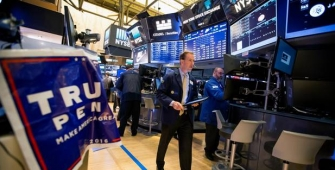 Wall Street Tumbles Amid Concerns on Delay of Trump Policy