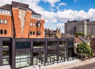 Бетонная «застежка» и «тающий» кирпич: как выглядят дома самого необычного архитектора в мире