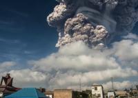 Высшая степень опасности: кадры извержения вулкана в Индонезии