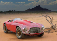 Raros carros olvidados en viejos garajes