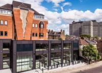 Бетонна «застібка» і «цегла, що тане»: як виглядають будинки найнезвичайнішого архітектора у світі