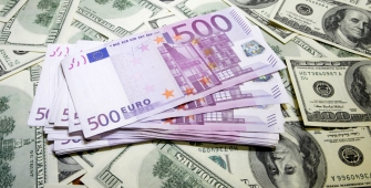 Euro Firms on Draghi Comments as US Senate Vote Delay Weighs on Dollar