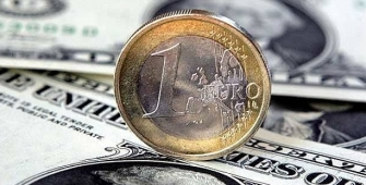 Euro Stands at 2-Year Peak After Draghi Comments