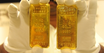 Gold Reaches 4-Week Peak Supported by Weaker Dollar, Equities