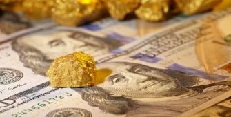 Золото продолжает дешеветь в ожидании публикации протокола ФРС