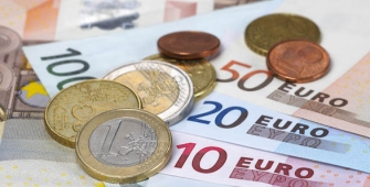Euro Drops After Weekly Gain as Catalonia Deadline Approaches