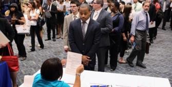 США: заявки на получение пособия по безработице упали до самого низкого уровня с 1973 года