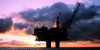Нефть снижается на фоне данных по запасам сырья в США