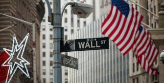 美国股市在假期前平稳