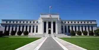 Доллар снижается накануне заседания Федрезерва