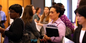 США: заявки на пособие по безработице упали до 45-летнего минимума