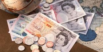 На фунт оказывают давление розничные продажи в Британии