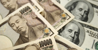 Yen Edged Up as Dollar Wavers Near 3-Year Low