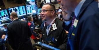 随着道琼斯指数跳升超过400点,华尔街反弹