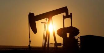Нефть стабилизировалась после большого падения, но рост добычи сдерживает цены
