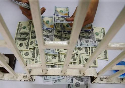 Доллар на пути к двухнедельному минимуму, короткие ставки достигли семилетних максимумов