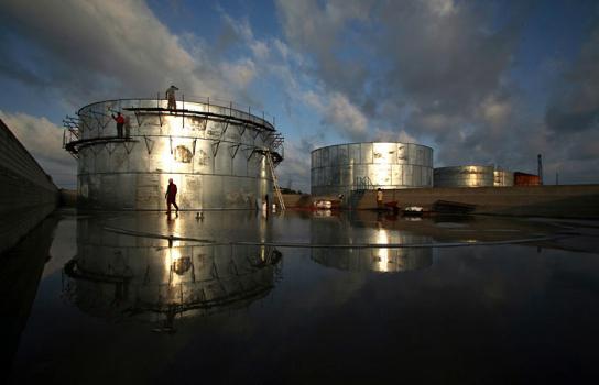 Мировые цены нанефть понижаются наданных озапасах вСША