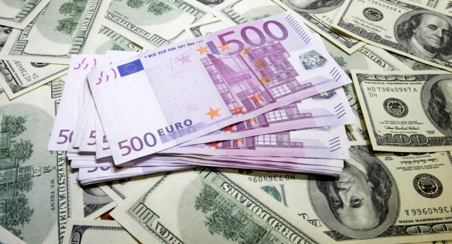 Dollar Remains Firm as Euro Slumps on Italian Political Uncertainty