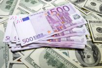 Dollar Remains Firm as Euro Slumps on Italian Political Uncertainty