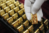 Золото снова дорожает на фоне роста курса доллара США