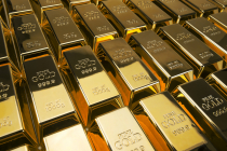 Gold Edges Up on Weaker U.S. Dollar