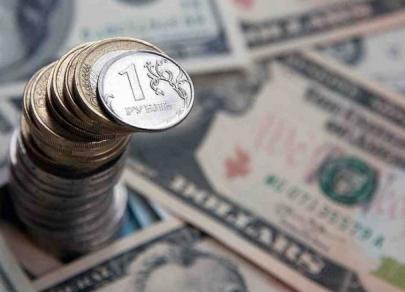 Лучшие прогнозисты Bloomberg по рублю ждут ослабления российской валюты