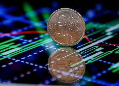 Давление на рубль возрастает, Минфин резко продажу валюты сокращает
